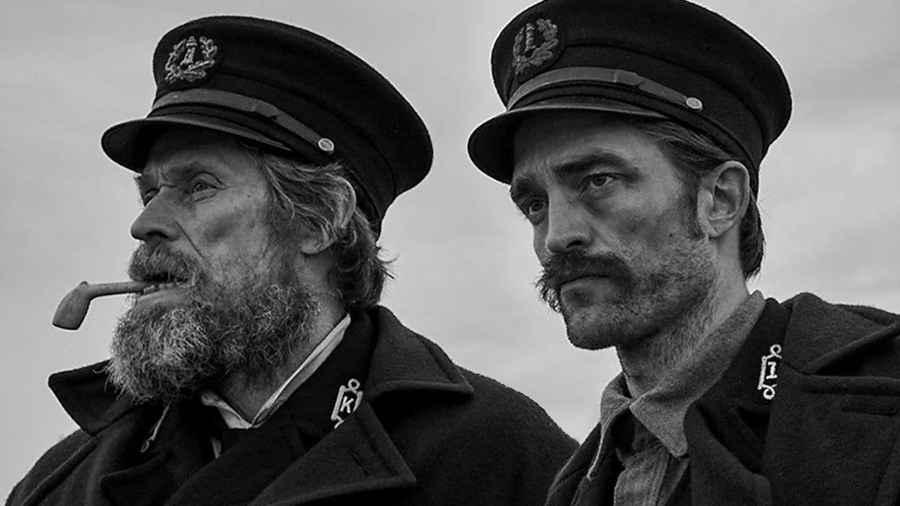 Willem Dafoe e Robert Pattinson in una scena del film